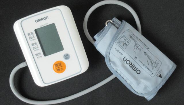 オムロンの上腕式血圧計(HEM-7111)